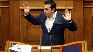 Alexis Tsipras håller ett anförande i det grekiska parlamentet.