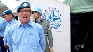Juha Orkomies, officerarepå Världen i byn.