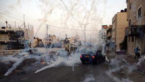 Israeliska säkerhetsstyrkor avfyrade tårgasgranater mot demonstranter utanför Ramallah på söndagen. 23.7.2017.