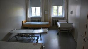 Olika typer av sängar och inkvartering för flyktingarna på Mjölbolsta sjukhus
