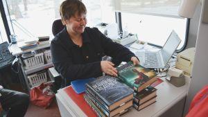 Biblioteksfunktionär Erica Skogster lånar ut böcker.