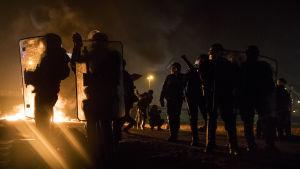 """Migranter tände eld på soptunnor och drabbade samman med kravallpolis i """"Djungeln"""" under natten till söndagen 23.10.2016"""