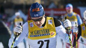 Matti Heikkinen med stavar i handen.