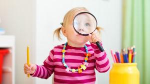 En flicka med ett förstoringsglas