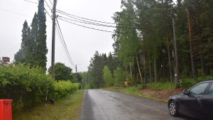 Kablar i luften längs en väg i Pojo. De ska tas bort och i stället sätts jordkablar.