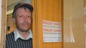 Gunnar Nyberg vid Emmaus loppisavdelnings reparationsklinik.