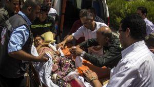 Egyptisk sjukvårdspersonal har släppts in i Gaza för att vårda de skadade.