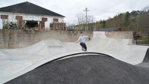 Paul-Oskar Aiha och nya skateparken i Fiskars.