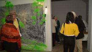 Vernissagebesökare i Pia Siréns Green Room på Por Artibus Elverket