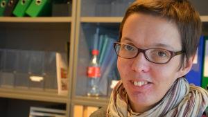 Åbo Akademis områdeschef på utbildningsservice Gurli-Maria Gardberg tittar in i kameran.