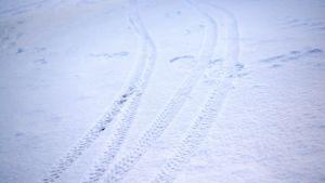 En vintercyklist har tagit cyklen till järnvägsstationen Masaby i Kyrkslätt.