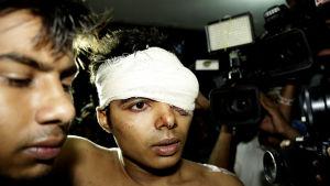 Säkerhetsvakten Parvez Mollah som också knivhöggs såg upp till sex män som trängde sig in i Xulhaz Mannans bostad, medan de skanderade religiösa slagord.