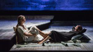 Scen ur norska Riksteatrets uppsättning av Enskilda samtal.