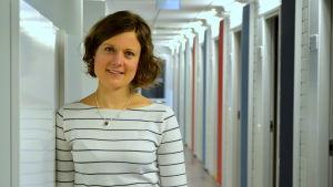 Mikaela Hermans poserar i Yle Österbottens korridor.