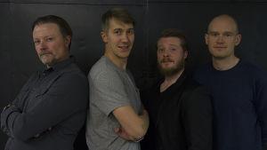 Kuvassa poseeraavat neljä näyttelijää; Jussi Vatanen, Kari Hietalahti, Miika Laakso ja Teppo Airaksinen.