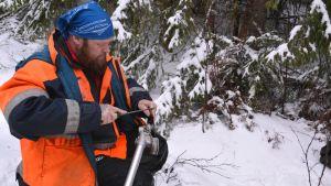 Skogsarbetare Peter Olander vässer en röjsåg på Emalö i Borgå 13.01.17