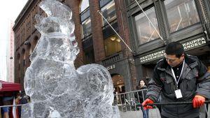 Den prisbelönta is-skulptören Wang Yanqiang gjorde en istupp i centrala Helsingfors.