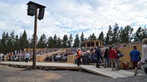 Fullsatt läktare på premiären av Okänd soldat i Harparskog