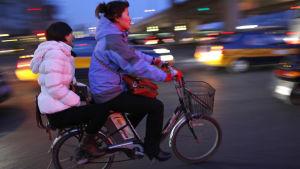 Kiinalaisia tyttöjä pyöräilemässä