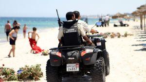 Säkerhetsstyrkor patrullerar stranden i Sousse 1.7.2015