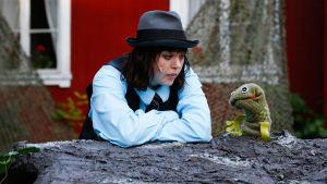 Emilia Nikkanen som Mowgli i Lurens sommarteater.