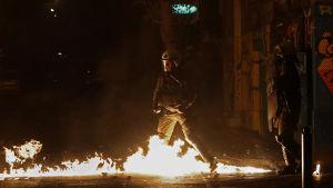 Demonstranterna slängde brandbomber mot kravallpolis som beskjöt dem med tårgas och bedövningsgranater