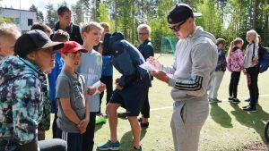 Fredrik Jensen skriver autografer.