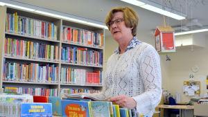 Bibliotekarie Gunnel Paakkarinen i Tessjö.