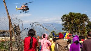 mänskor väntar på hjälphelikopter efter jordbävningen i Nepal