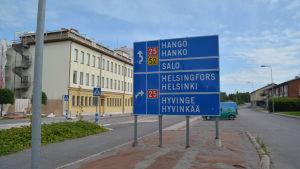Skylt som visar hur man kör till Hangö, Salo, Helsingfors och Hyvinge.