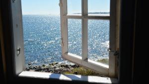 Öppet fönster mot havet utanför Gustavsvärn i Hangö