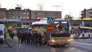 pendlare i borgå på väg till Helsingfors