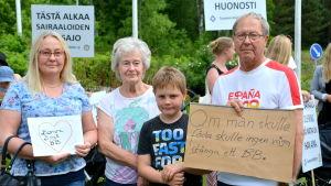 Familjen Rif demonsterar för Borgå bb