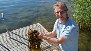 Christoffer Boström förevisar sjögräs