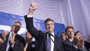 HDZ:s ledare Andrej Plenković firar segern i Kroatien sent på söndag kväll 11.9.2016