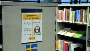 bokhyllor i ett bibliotek