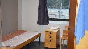 Cell i Vanda fängelse. Genom fönstret ser man fängelsemuren med taggtråd.