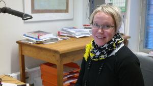 Biträdande professor Salla Tuori i sitt arbetsrum på Åbo Akademi