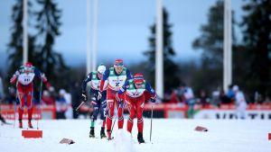 Fullt ös i spåren vid Ruka när man tävlar i världscuperna i nordisk skidsport.