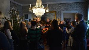 Trängsel i salongen i Runebergs hem efter att de nominerade till Runebergspriset 2016 tillkännagetts.