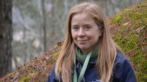 Heidi Lyytikäinen sitter på en mossbeklädd sten