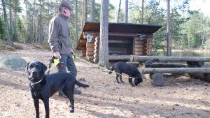 Skogsbruksingenjör Carl-Johan Jansson med sina hundar Ika och Fanny i Västerby friluftsområde.