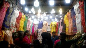 Pakistanska kvinnor handlar kläder i en butik fylld av färgglada kläder inför id al-fitr i Karachi.