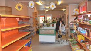 Tomma butikshyllor i K-affären Henelius i Karis.
