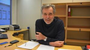 Jan-Erik Enestam anser att Vasa har mer att tjäna på en kommunsammanslagning.