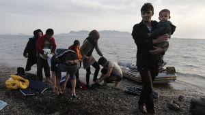 Flytkingar landstiger på den grekiska ön Kos.