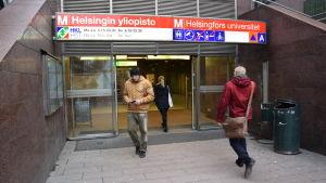 Ingången till Helsingfors universitets metrostation.