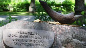 Minna Wikströmin esikoisen hautakivi
