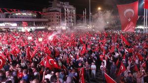 Turkar demonsterar mot militärkuppen i Turkiet 2016