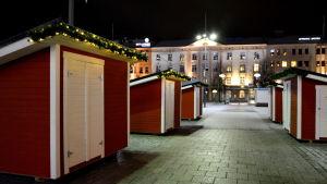 Fem röda stugor kan hyras av försäljare på salutorget i Vasa.